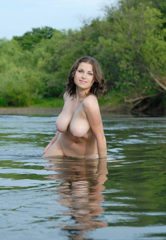 golaya-devushka-na-reke-foto