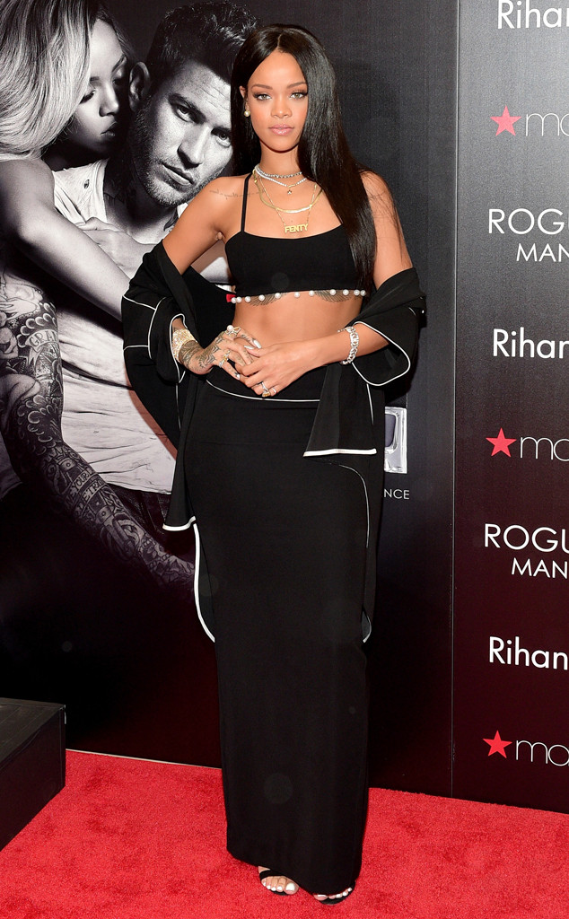 Rihanna Looks Sexy in Black, Shows Off Fantastic Figure While Promoting New Fragrance