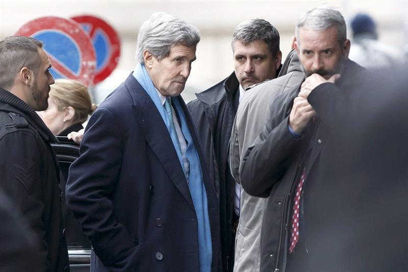 SDN101 KER. Geneva (Switzerland), 22/02/2015.- US Secretary of State John Kerry (2-L) arrives at his hotel, prior a bilateral meeting with Iranian Foreign Minister Mohammad Javad Zarif (not pictured) for a new round of nuclear talks, in Geneva, Switzerland, 22 February 2015. US Secretary of State John Kerry arrived in Geneva Sunday to push ahead on a nuclear deal with his Iranian counterpart, Mohammad Javad Zarif, as negotiators were faced with increasing pressure. Iran and the six-country group of Britain, China, France, Russia, the US and Germany aim to agree on a framework by then that would curb Iran's civilian nuclear programme and reduce its ability to make nuclear weapons while in return ending sanctions on Iran. (Francia, Alemania, Rusia, Suiza, Ginebra) EFE/EPA/SALVATORE DI NOLFI