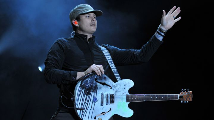 Tom DeLonge performing live with Blink-182 in Reading