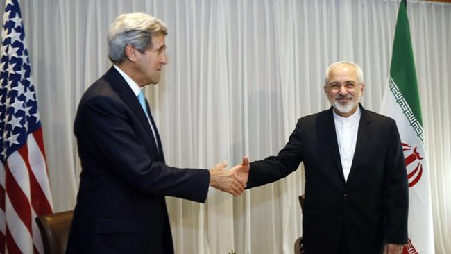 Iranian Foreign Minister Mohammad Javad Zarif (R) shakes hands with US Secretary of State John Kerry in Geneva on January 14, 2015 (AFP photo)